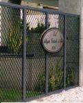 Portão em Gradinese Búzios e alumínio preto